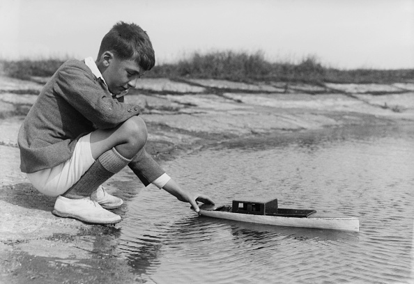 One Boy Only「Boy Playing With Toy Boat」:写真・画像(0)[壁紙.com]