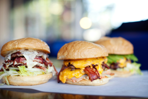 Sacramento「Various indulgent cheeseburgers in diner」:スマホ壁紙(3)