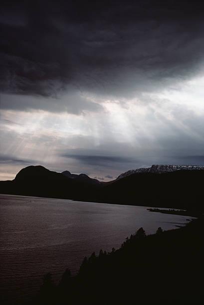 Sunlight with storm clouds over ominous seashore:スマホ壁紙(壁紙.com)