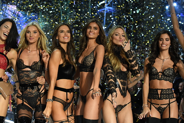 ファッションショー「2016 Victoria's Secret Fashion Show in Paris - Show」:写真・画像(4)[壁紙.com]