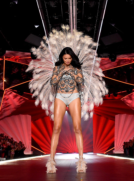 Adriana Lima「2018 Victoria's Secret Fashion Show in New York - Runway」:写真・画像(1)[壁紙.com]