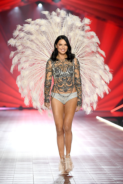 Adriana Lima「2018 Victoria's Secret Fashion Show in New York - Runway」:写真・画像(2)[壁紙.com]