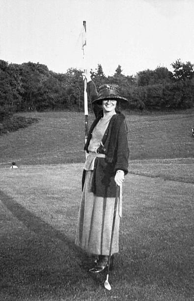 Gabrielle Chasnel called Coco Chanel (1883-1971), french fashion designer, here playing golf c.1910:ニュース(壁紙.com)