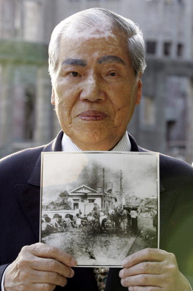 Surrendering「Hiroshima Peace Memorial Park On Eve of 60th Anniversary」:写真・画像(9)[壁紙.com]