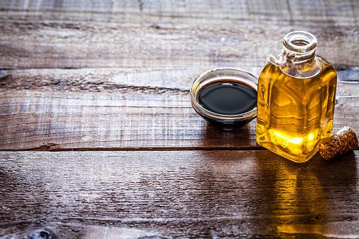 Vinaigrette Dressing「Oil and vinegar on rustic wooden table」:スマホ壁紙(17)