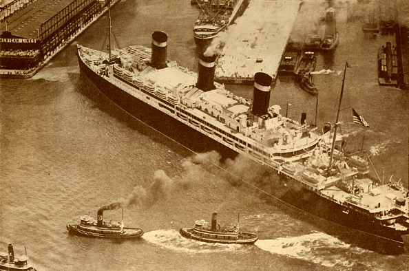 Physical Geography「An Aerial Photograph Of The 'Leviathan' Being Towed By Small Tugs Into Her Dock At New York」:写真・画像(7)[壁紙.com]