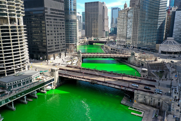 Bestpix「In A Surprise Move, Chicago River Dyed Green Ahead Of St Patrick's Day」:写真・画像(18)[壁紙.com]