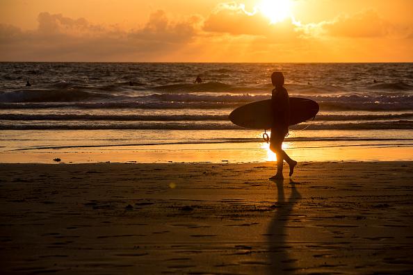 ビーチ「Summer Crowds Enjoy The Surfing In Cornwall」:写真・画像(19)[壁紙.com]