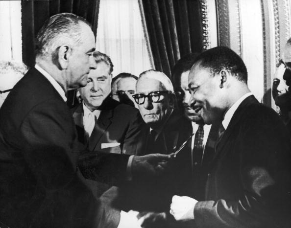 Human Rights「LBJ hands pen to MLK」:写真・画像(11)[壁紙.com]