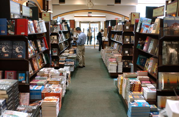 Bookstore「Customers Shop At Barnes And Noble In Rockefeller Center 」:写真・画像(3)[壁紙.com]