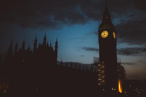 時計「ビッグベンクロックタワーの夜」:スマホ壁紙(2)