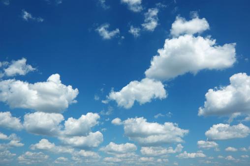 飽和色「8 月の空と雲だけ雲模様」:スマホ壁紙(4)