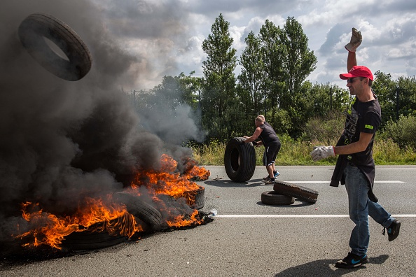 Calais「Striking Ferry Workers Burn Tyres In The Roads Around Calais」:写真・画像(12)[壁紙.com]