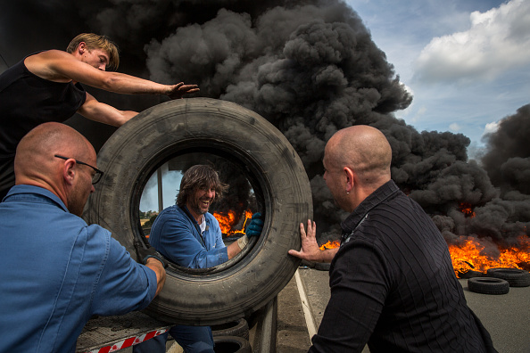 Calais「Striking Ferry Workers Burn Tyres In The Roads Around Calais」:写真・画像(10)[壁紙.com]