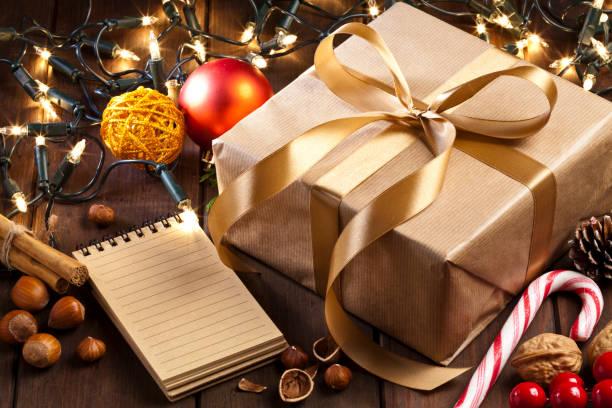 素朴な木製のテーブル上のブラウンのクリスマス ギフト ボックス、メモ パッドします。:スマホ壁紙(壁紙.com)