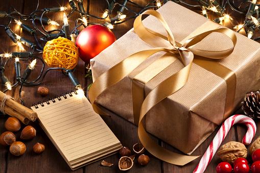 セレクティブフォーカス「素朴な木製のテーブル上のブラウンのクリスマス ギフト ボックス、メモ パッドします。」:スマホ壁紙(17)