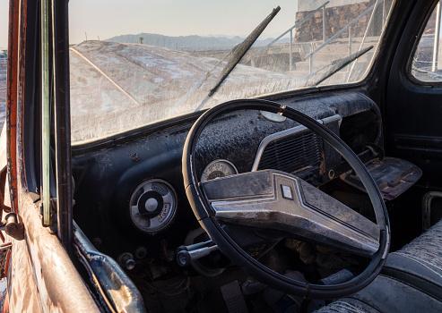 Motor Vehicle「Abandoned car wreck in the desert」:スマホ壁紙(13)