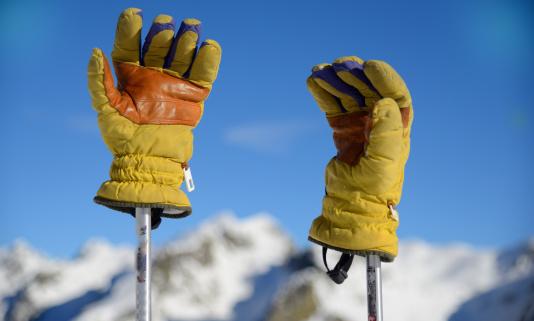スキーストック「Ski gloves and mountains」:スマホ壁紙(2)