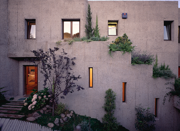 Outdoors「View of a large house decorated with plants」:写真・画像(0)[壁紙.com]