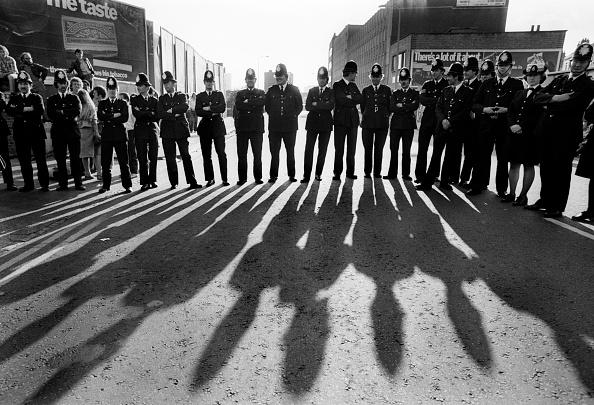 Shadow「Police In Brick Lane」:写真・画像(1)[壁紙.com]