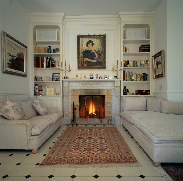 Rug「View of a lit fireplace in a living room」:写真・画像(17)[壁紙.com]