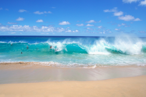 オアフ島「Ocean waves breaking on the beach, Sandy Beach Park, Oahu, Hawaii, USA」:スマホ壁紙(9)