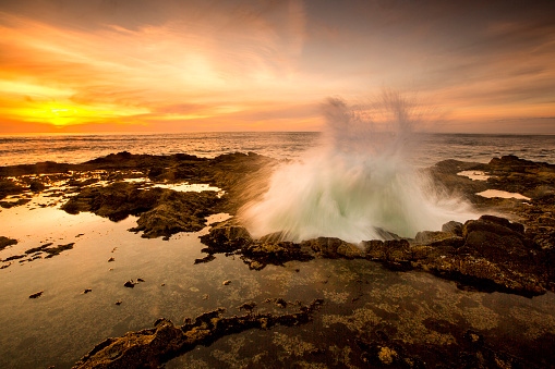 Spraying「Ocean waves crashing in Thors Well at sunset, Cape Perpetua, Oregon, United States」:スマホ壁紙(12)