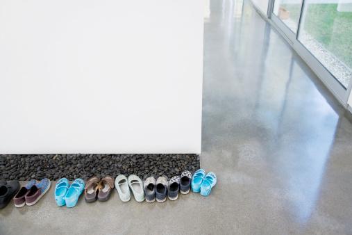 子供時代「列の靴の裏張りでの廊下」:スマホ壁紙(4)