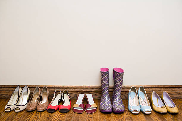 A row of shoes from heels to rain boots:スマホ壁紙(壁紙.com)
