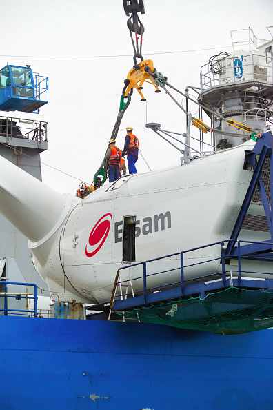 Greenhouse「the Sea Energy lifting the Second Nacelle into place, at the Kentish flats windfarm Whitstable Kent」:写真・画像(18)[壁紙.com]