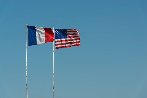 French Flag「France, Normandie, Manche, Sainte Marie du Mont, Utah Beach, French and US flag waving against blue sky」:スマホ壁紙(11)