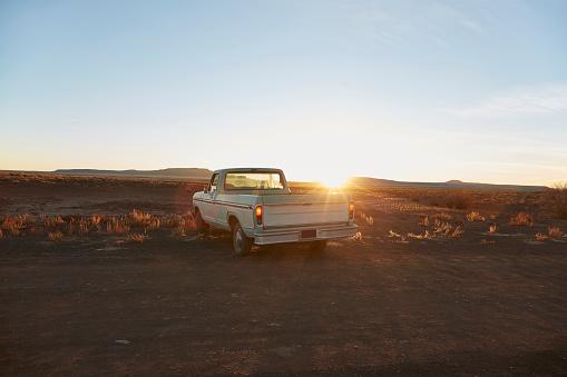 Dirt Road「USA, Arizona, Pick-up truck on desert road」:スマホ壁紙(5)