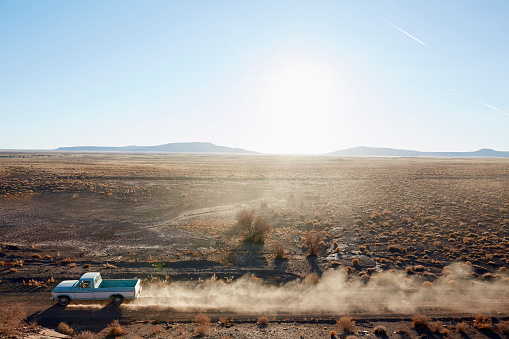 Dirt Road「USA, Arizona, Pick-up truck on desert road」:スマホ壁紙(6)