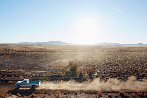 Dirt Road「USA, Arizona, Pick-up truck on desert road」:スマホ壁紙(11)