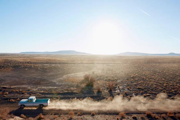 USA, Arizona, Pick-up truck on desert road:スマホ壁紙(壁紙.com)