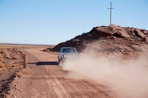 Electricity Pylon「USA, Arizona, Pick up truck on dusty road」:スマホ壁紙(15)