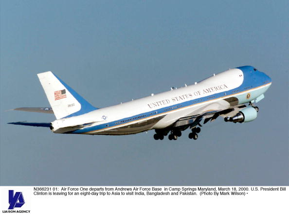 US President「President Clinton Leaves for Asia」:写真・画像(4)[壁紙.com]