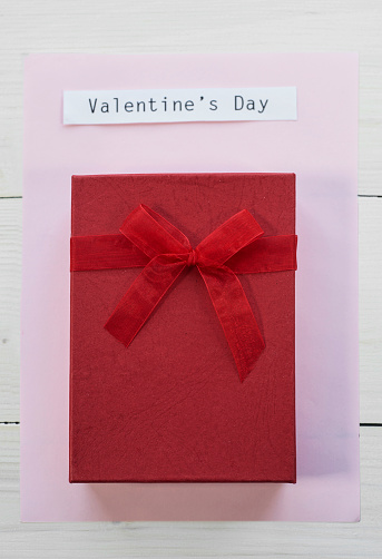 バレンタインデー「Square shaped Valentines gift under adhesive note. Debica, Poland」:スマホ壁紙(2)