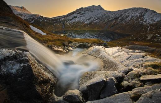 夏「A small creek running through Skittendalen Valley in Troms County, Norway. RismŒlstinden Mountain is in the background.」:スマホ壁紙(3)