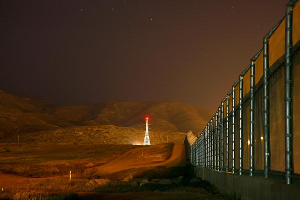 Baja California Peninsula「US Waives Laws To Accelerate Completion Of Border Fence」:写真・画像(5)[壁紙.com]