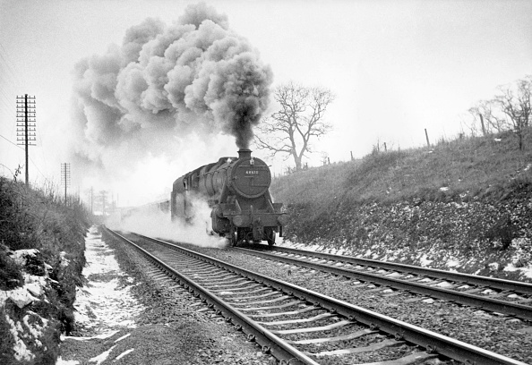 Monochrome「One of the last steam workings on the Midland Main Line was the 14:35 goods from Leicester to Wellingborough. The train is seen here approaching Milepost 92 _ behind a Stanier 8F 2-8-0.」:写真・画像(2)[壁紙.com]