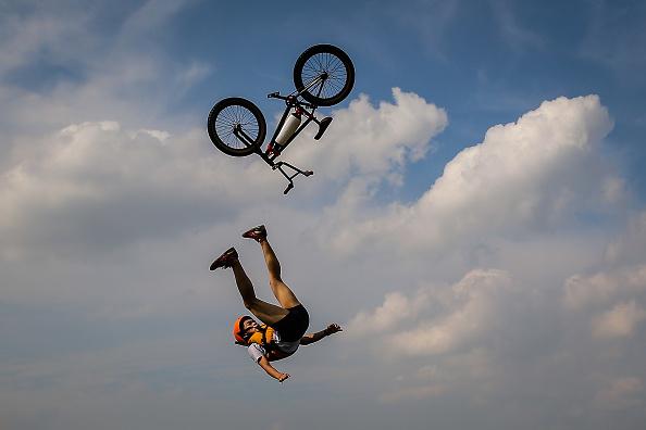 パフォーマンス「Wuhan Bike Lake Jump Festival」:写真・画像(2)[壁紙.com]
