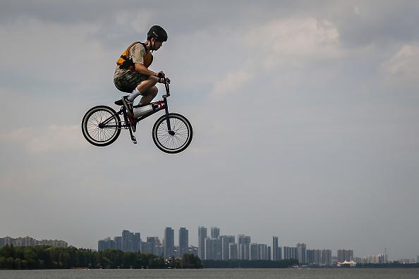 パフォーマンス「Wuhan Bike Lake Jump Festival」:写真・画像(1)[壁紙.com]