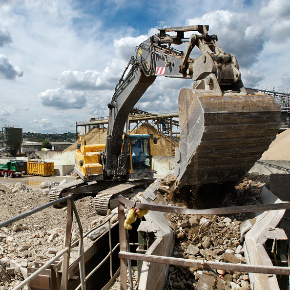 Recycling「Loading construction site rubble into a separating machine at a construction materials and recycling plant, Greenwich, South-East London, UK」:写真・画像(1)[壁紙.com]