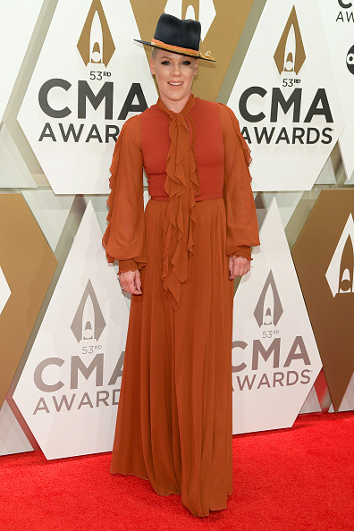 Pink - Singer「The 53rd Annual CMA Awards - Arrivals」:写真・画像(4)[壁紙.com]