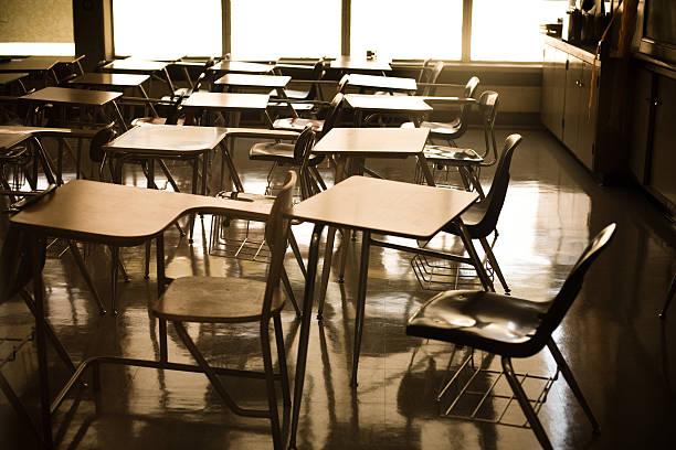 学校のデスク:スマホ壁紙(壁紙.com)