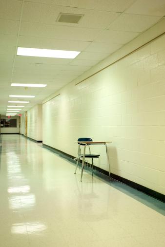 寂しさ「School desk in hallway」:スマホ壁紙(2)