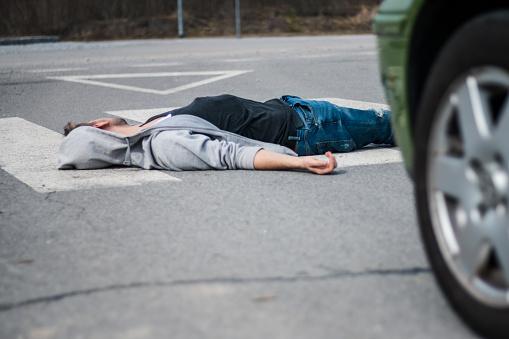 雪「Traffic accident. Young man hit by a car」:スマホ壁紙(9)