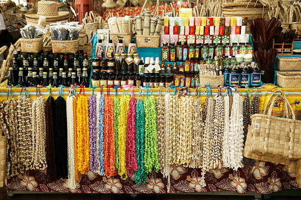 French Polynesia, Tahiti, Papeete, Seashell necklace and handicraft at display in a market:スマホ壁紙(壁紙.com)