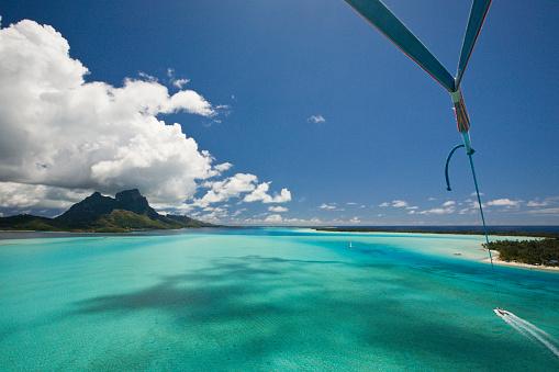 Parasailing「French Polynesia, Parasailing over lagoon of Bora Bora, Mount Otemanu in background」:スマホ壁紙(4)